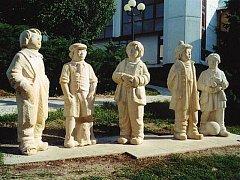 Realizace sochaře Michala Moravce Bylo nás pět v Rychnově nad Kněžnou.