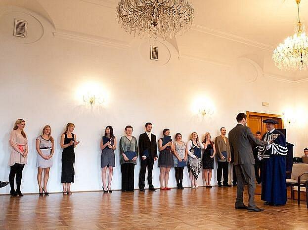 Letošní promoce absolventů Slezské univerzity. Kdo z nich najde bez problémů práci? A ještě k tomu v Opavě?