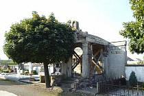 """Opavští """"Rotariáni"""" se snaží obnovit polorozpadlou rodinnou hrobku na hřbitově u Švédské kaple."""