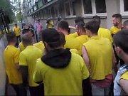 Jízda autobusem na setkání hráčů s fanoušky na náměstí před Hláskou.
