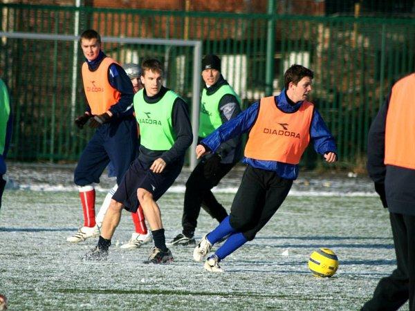První trénink si hráči spestřili fotbálkem