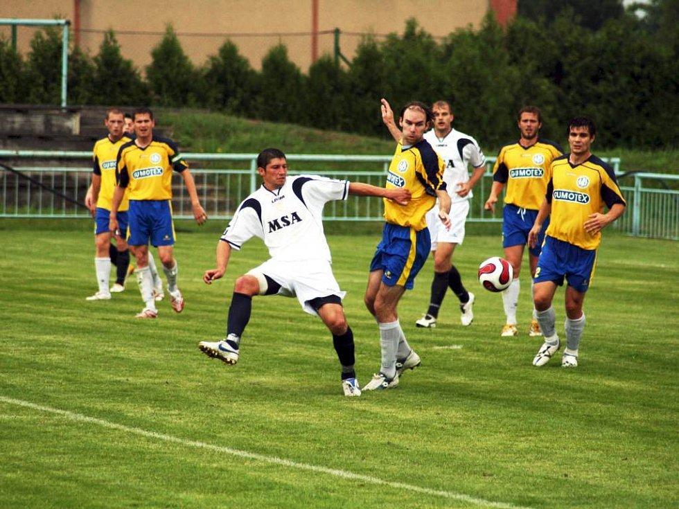 Fotbalisté Dolního Benešova se pod vedením nového trenéra Martina Rozhona pilně připravují na nadcházející sezonů. V ní již nechtějí mít starosti se záchranou.