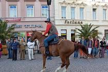 Během středečního odpoledne se opavské Dolní náměstí změnilo v Divoký západ. Vyrostla zde poštovní úřadovna, bylo vidět kolty na bocích drsných mužů v kloboucích i slyšet práskání biče. Do Opavy již podesáté zavítal Pony Express.