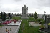 Památník padlým v první světové válce, který se nachází na hřbitově ve Stěbořicích, opravil restaurátor Tomáš Skalík.