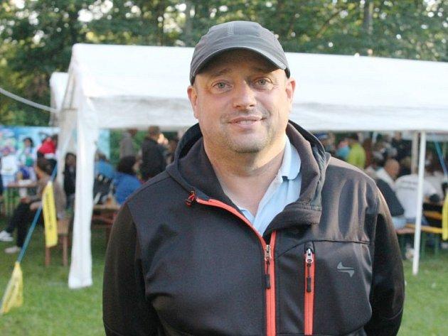 Kamil Křempek pochází z Opavy a už dvacet let funguje jako trenér juniorské deblířské reprezentace,v níž vedl také Jonáše Kašpara s Markem Šindlerem.
