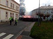 Fanoušci Baníku Ostrava při cestě Opavou na stadion v Městských sadech.