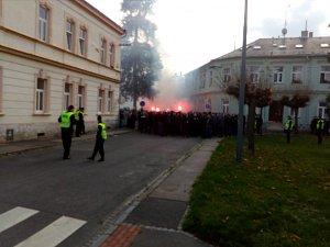 Cesta fanoušků Baníku Ostrava na stadion v Městských sadech