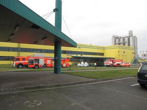 Jednotka profesionálních hasičů z Opavy absolvovala ve středu dopoledne prověřovací cvičení v areálu potravinářské firmy Opavia-Lu ve Vávrovicích.