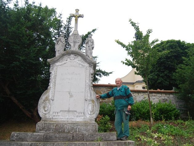 Josef Hlubek a kříž u kostela svaté Markéty v Hlučíně, kolem kterého pravidelně chodí od padesátých let.