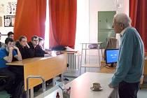 Kamil Wichterle přednášel studentům o výrobě anorganických kyselin.