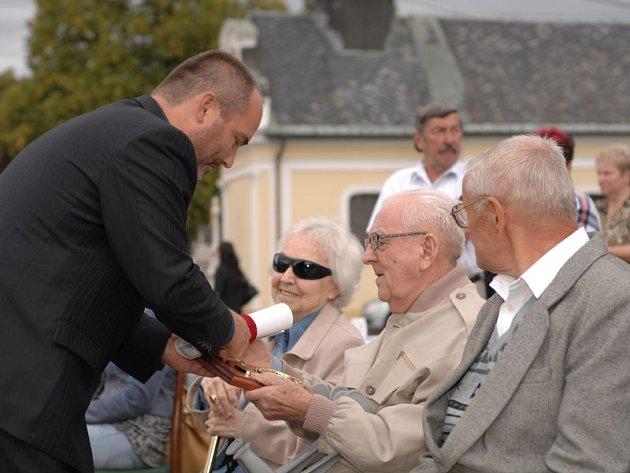 Otičtí v průběhu oslav ocenili občany, kteří pro obec vykonali mnoho dobrého. Jednalo se o bývalého starostu Františka Luzara, dále Milana Trávníčka a zakladatelku sboru paní Jiřinu Kaprovou.