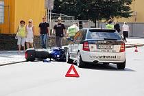 Třiačtyřicetiletá žena z Opavy však nedala při odbočování na Solnou ulici přednost a srazila motorkáře.