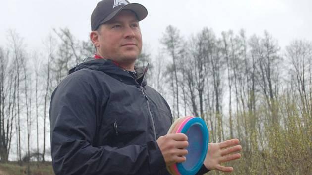 Bývalý nejlepší světový hráč a mistr světa z roku 2009 Avery Jenkins z USA na osmnáctijamkovém hřišti učil děti i dospělé, jak správně hrát discgolf.