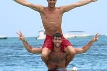 Jakub Holuša (nejvýše) a Jan Kudlička (uprostřed) si užívají dovolené v Karibiku.