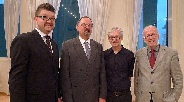 Ředitel Českého centra v Tokiu Petr Holý, velvyslanec Jaromír Novotný, Ivan Pinkava a Vladimír Birgus na zahájení výstavy v Shiseido Gallery.