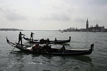 Stříbrné jezero v Opavě se promění o víkendu v Benátky. Můžete se zde povozit na pravých gondolách.
