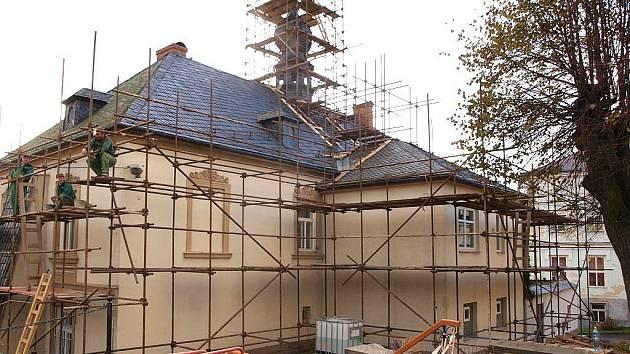 Střecha budišovské radnice se v současné době rekonstruuje.
