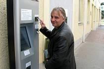 Rostislav Lamla z Větřkovic byl včera jedním z prvních pacientů, kteří platili u nových pokladních automatů.