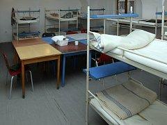 V azylovém domě pro muže je celkem osmnáct lůžek, klienti mohou noc přečkat také na třiceti židlích. Ilustrační foto