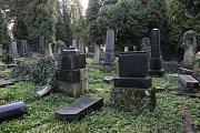 Svíčky, věnce a hlavně obrovské zástupy lidí. Nejen Opavsko si o víkendu připomínalo Památku zesnulých a hřbitovy byly mnohdy přeplněné k prasknutí. (Městský hřbitov v Opavě)