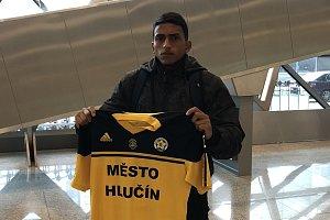 Brazilec Lucas Carvalho De Serra s hlučínským dresem na letišti.