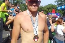 Petr Kopřiva s účastnickou medailí z Ironmana v rakouském Klagenfurtu. Závod dokončil za 9 hodin a 13 minut, rozhodčí ho ale diskvalifikovali.