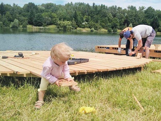Landscape festival daroval Stříbrnému jezeru plovoucí mola.