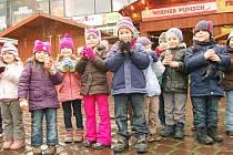 Teplý punč (samozřejmě ten bez alkoholu) chutnal včera i dětem z Mateřské školy na Mnišské ulici v Opavě.