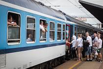 Odjezd baníkovských fanoušků ze svinovského nádraží v Ostravě - Porubě.