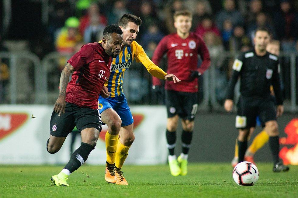 Opava - Zápas osmifinále MOL Cupu mezi SFC Opava a AC Sparta Praha 28. listopadu 2018 na Městském stadionu v Opavě. Kaku Guelor Kanga (AC Sparta Praha), Jan Řezníček (SFC Opava).