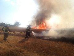 Požár pole v Děhylově.