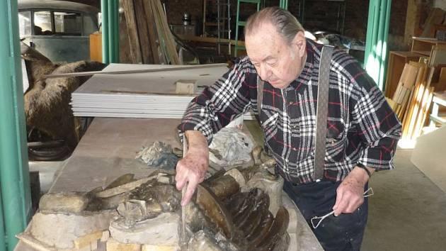 Akademický malíř Miroslav Rybička zrovna pracuje na slezské orlici, která bude instalována na památník na Ostré hůrce v Háji ve Slezsku.
