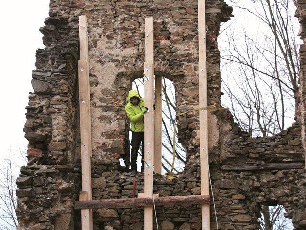 Jedna ze zdí při vstupu do hradu Vikštejn si před Vánoci vyžádala statické zajištění, aby neohrožovala případným zřícením návštěníky.