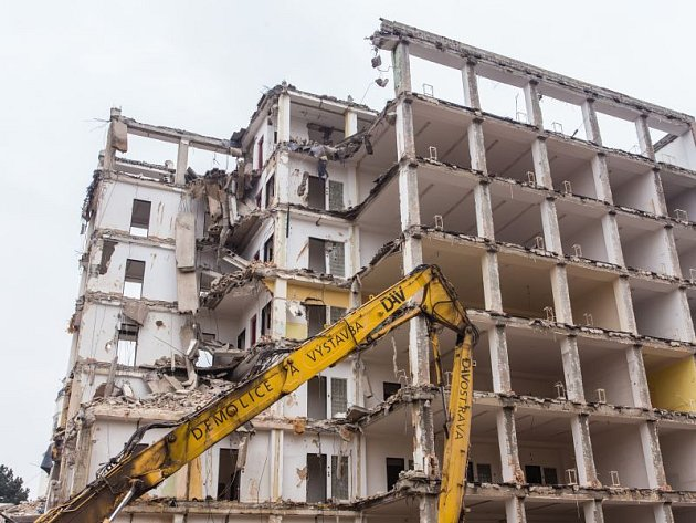 Společnost Crestyl má podle smlouvy uhradit městu peníze za demolici věžáku za Slezankou.