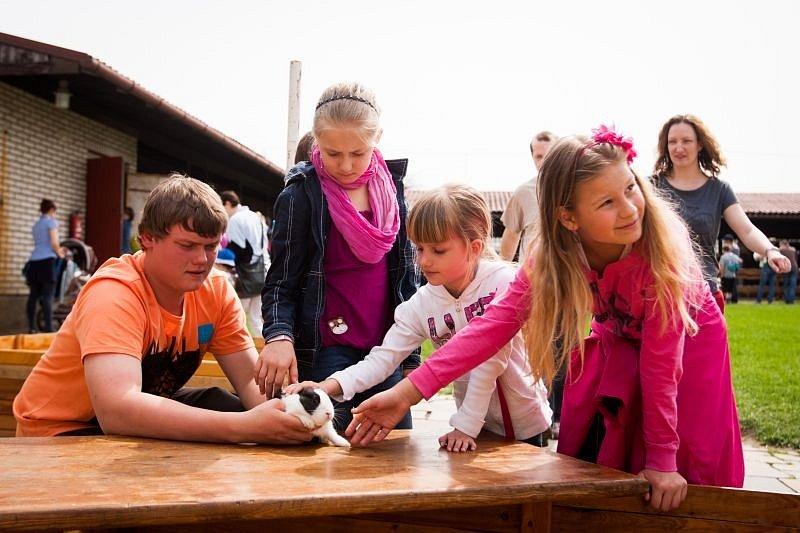 Od čtvrtku do soboty proběhl v areálu drobnochovu Školního statku další ročník oblíbené jarní akce nejen pro děti s názvem Den mláďat, který každoročně společně pořádají Školní statek Opava a Masarykova střední škola zemědělská a Vyšší odborná škola.