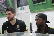 Šestice hráčů si ve čtvrtek po poledni musela v Bredě odpracovat trest za tréninkovou prohru.