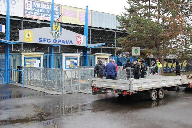 Upokladen na stadionu se instalovala bezpečnostní opatření.