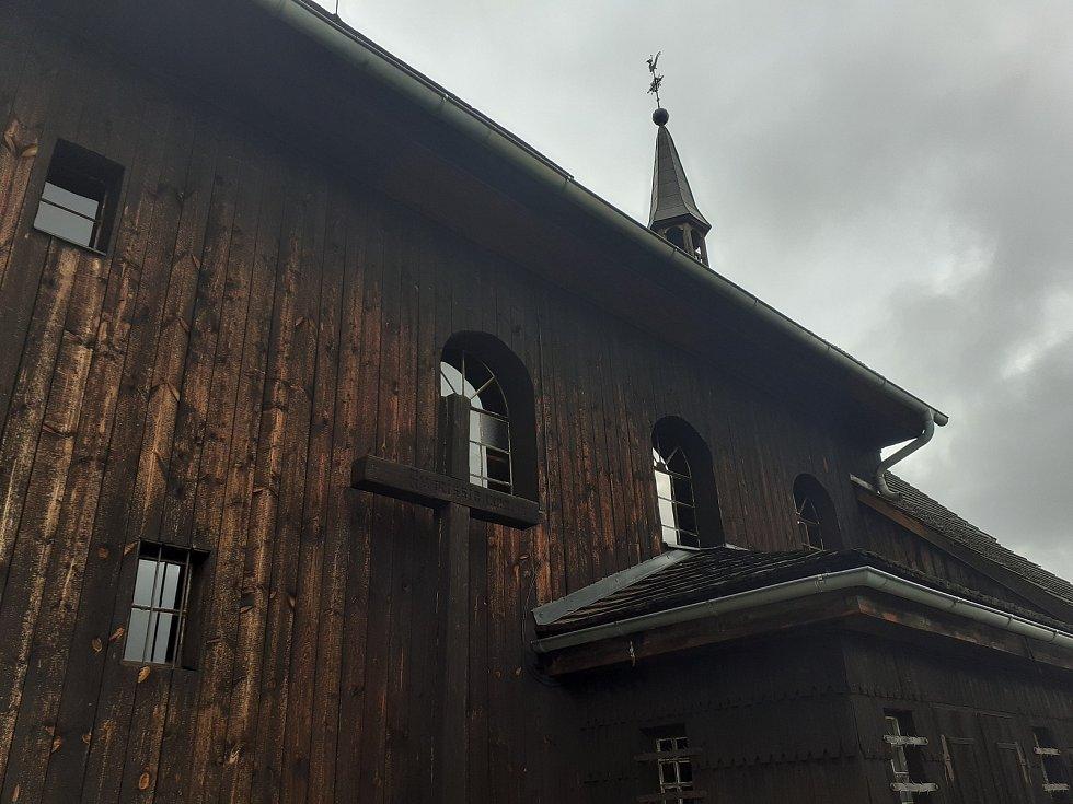Dřevěný kostel sv. Petra a Pavla.