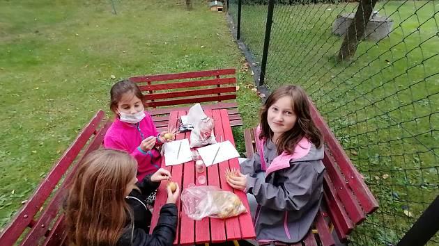 ZŠ a ŽŠ Těškovice v rámci projektu obnovila a otevřela novou školní zahradu, která nebude sloužit pouze odpočinku, ale také vzdělávání.
