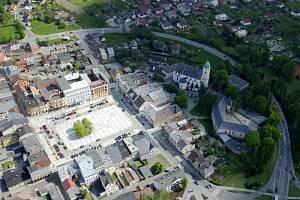 Letecký pohled na hlučínské náměstí. Ilustrační foto.