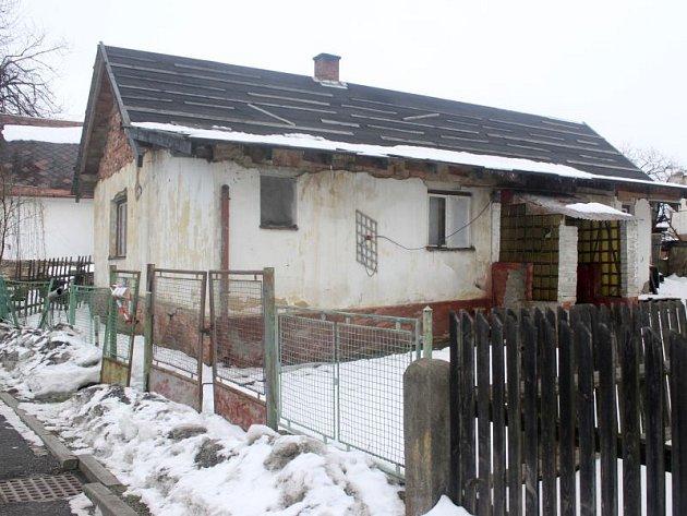Dům, ve kterém se tragédie stala, nemá elektřinu ani vodu.