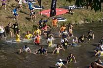 Momentka z běžecké části Bobr Cupu. Trať totiž nevedla jenom po suchu, a to dělá závod nejen náročným, ale i atraktivním.