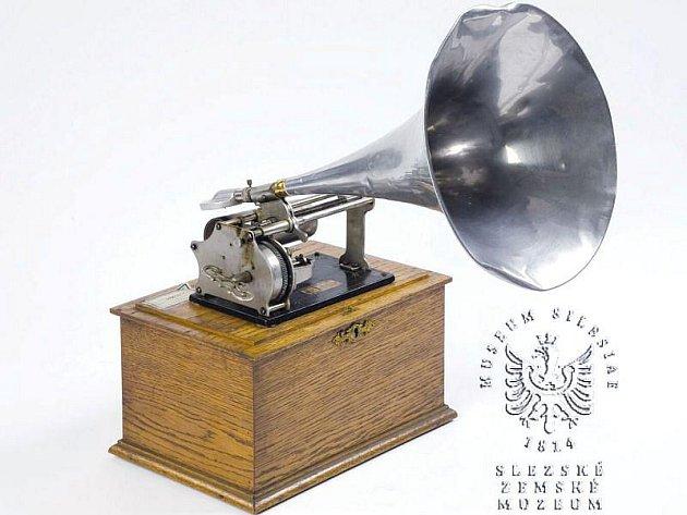 Mimo spousty dalších exponátů můžete prohlédnout Edisonův fonograt značky Columbia.
