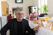 Gerard Amblard pózuje na gymnáziu se značkovými francouzskými parfémy, které sám vyrábí.