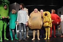 Zelenou má v Komedii za oponou zelenina. V civilu jsou Hana Vaňková (vpravo) a režisér Roman Grossmann (vpředu).