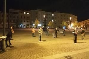 Noční vzpomínka na natáčení videa.