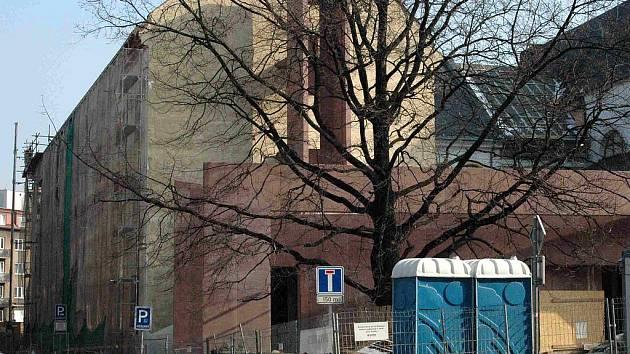 Rekonstruovaná budova Domu umění z venku.