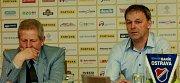 Oficiální tisková konference před prvním jarním ligovým utkáním. FC Baník Ostrava.Na fotografii vlevo Vlastimil Petržela, vpravo Dušan Vrťo