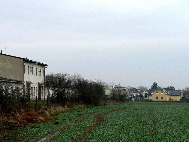 Další výstavba. Vlevo drůbežárna, vpravo novostavby rodinných domků v hygienickém pásmu. Stavba dalších se připravuje.