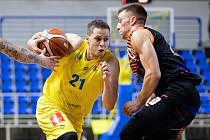 Zápas 3. kola basketbalové Kooperativa NBL mezi BK Opava a Sluneta Ústí nad Labem 6. října 2018. Radovan Kouřil (BK Opava) a Spencer Svejcar (Sluneta Ústí nad Labem).